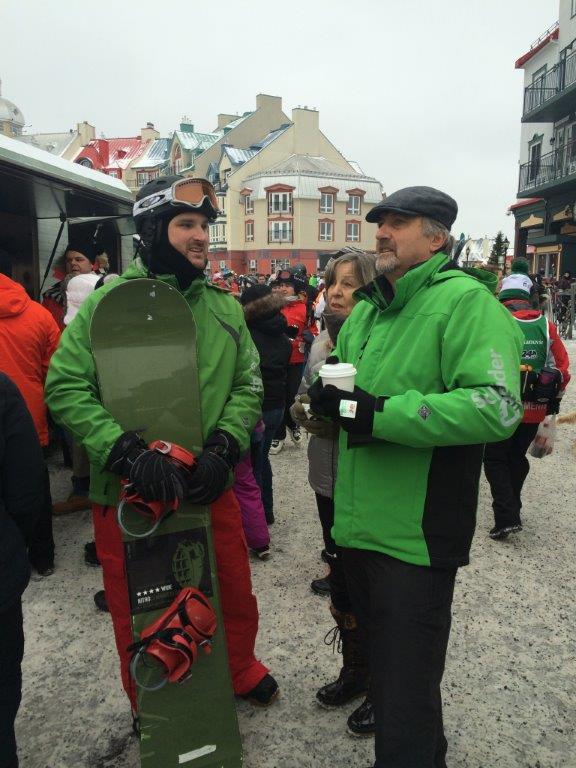 Très bien connu des lecteurs d'Électricité Plus, le formateur sur la Norme Z462, Patrice Lacombe (à g.) était un des sept capitaines de ski. Jean-Marc Calandre, aussi capitaine, est venu de Boston pour participer à cet évènement – comme quoi la rivalité Canadiens-Bruins n'affecte peut-être pas trop les employés de Schneider…
