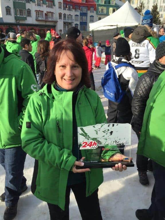 Organisatrice principale de l'équipe Schneider et capitaine d'équipe de marche, Monique Lanoue a reçu le trophée des Champions Collecte de dons 2015, Marche et Course, soulignant 15 années de générosité.