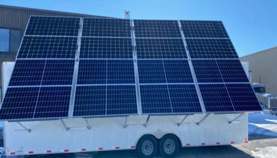 Une remorque d'énergie mobile avec panneaux solaires et batteries