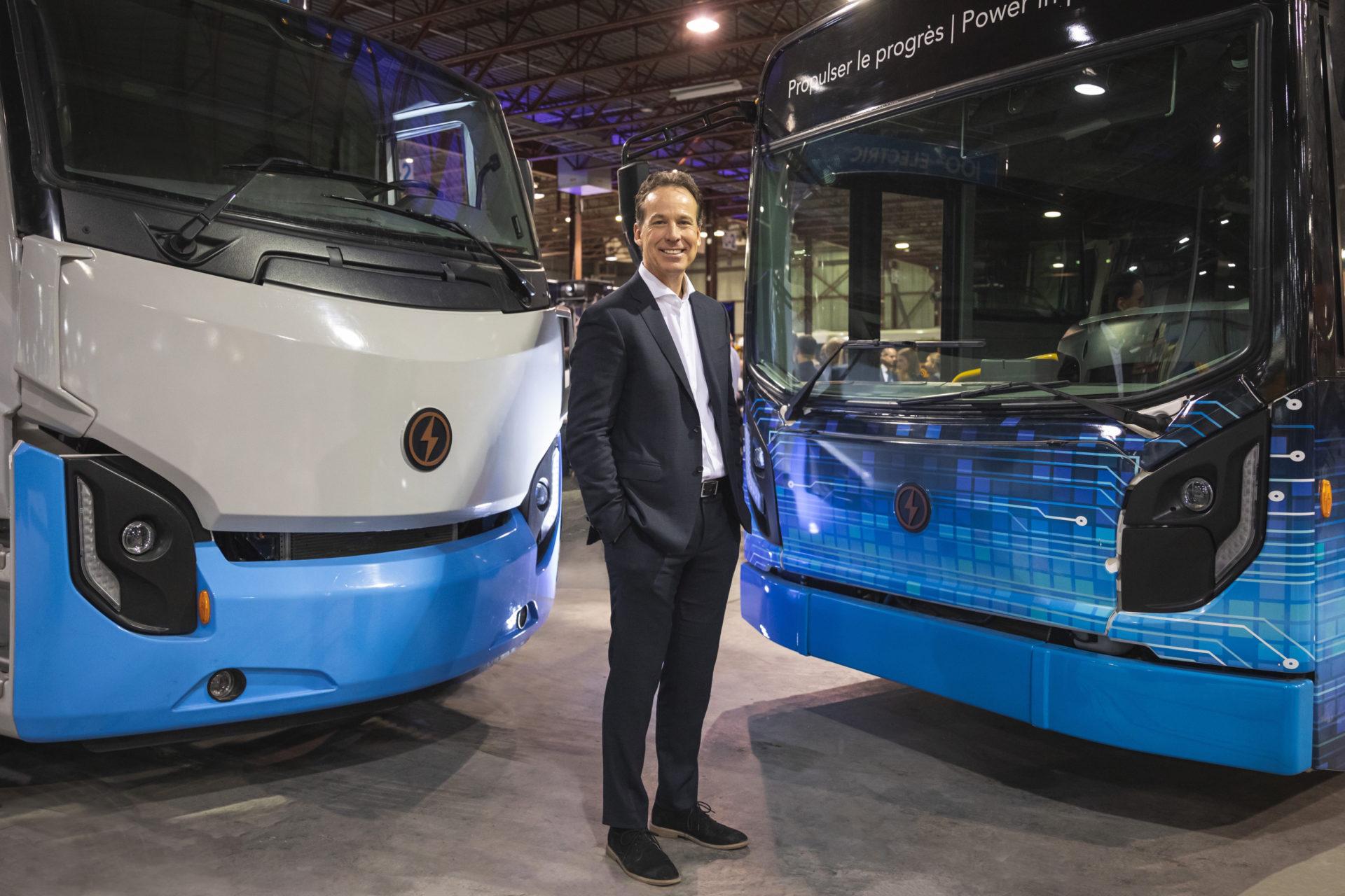 Marc Bédard avec un camoins et un autobus électriques